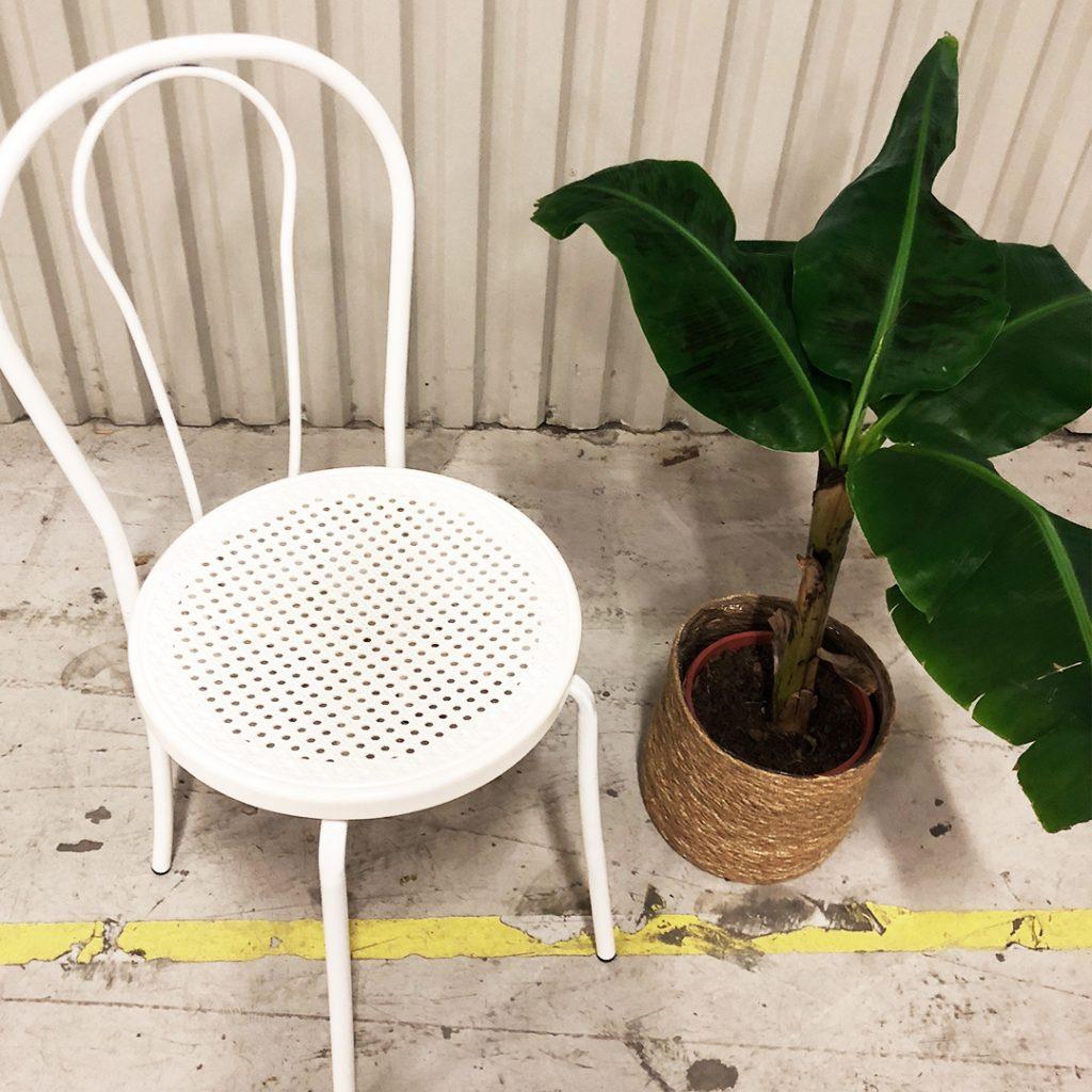 vit stol i öglanstil med flätad sits