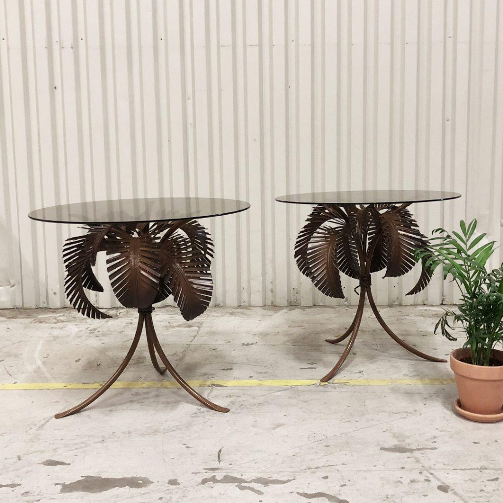 sidobord med glasskiva och fot i metall - palmblad