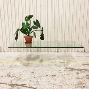 glasbord med v-formade plexiben