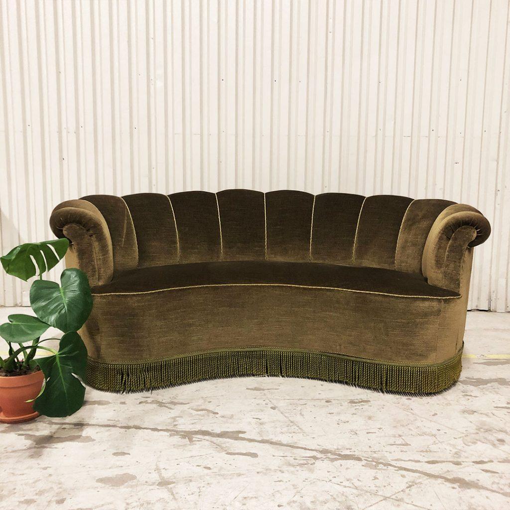 olivgrön snäckformad soffa plysch med fransar
