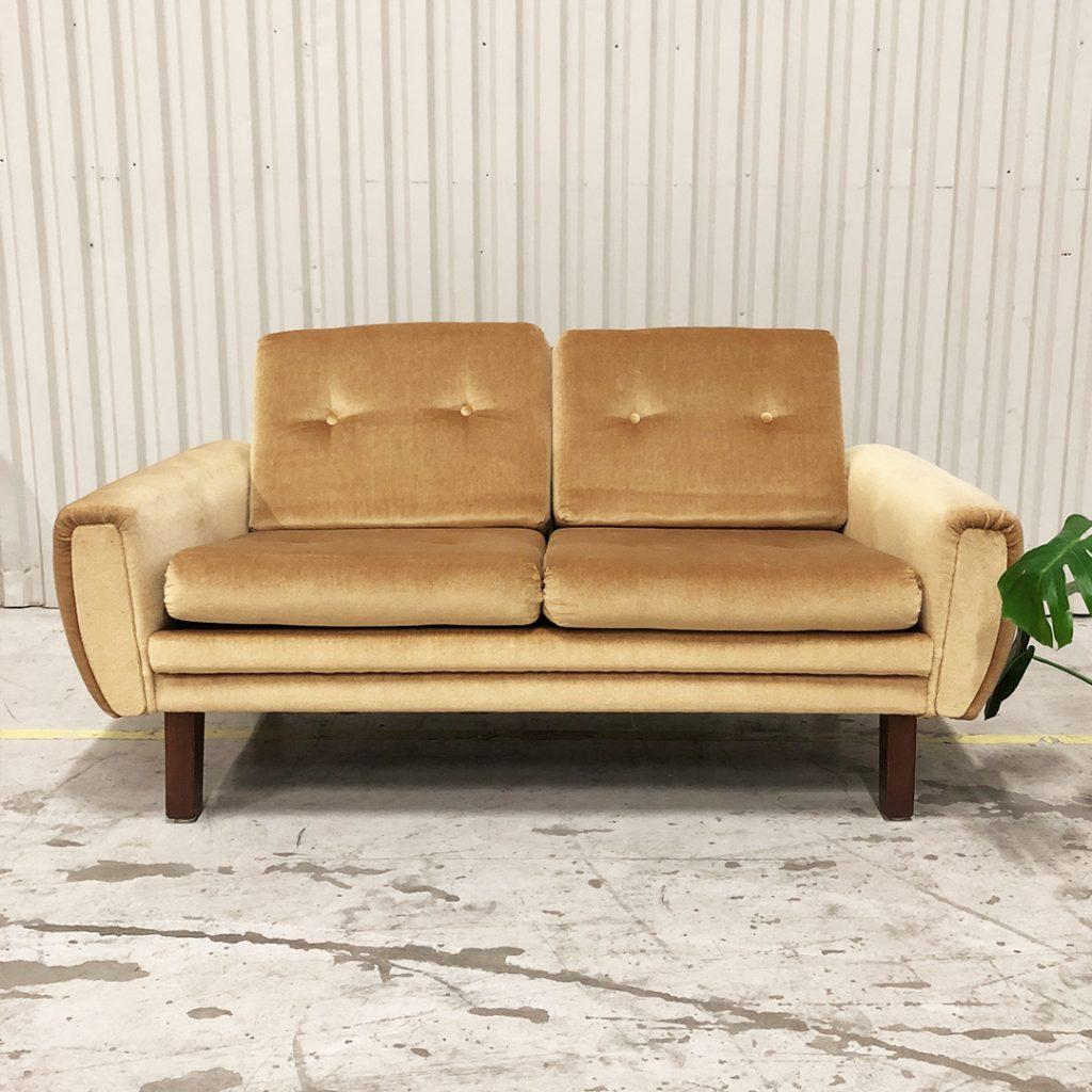soffa tvasits guld