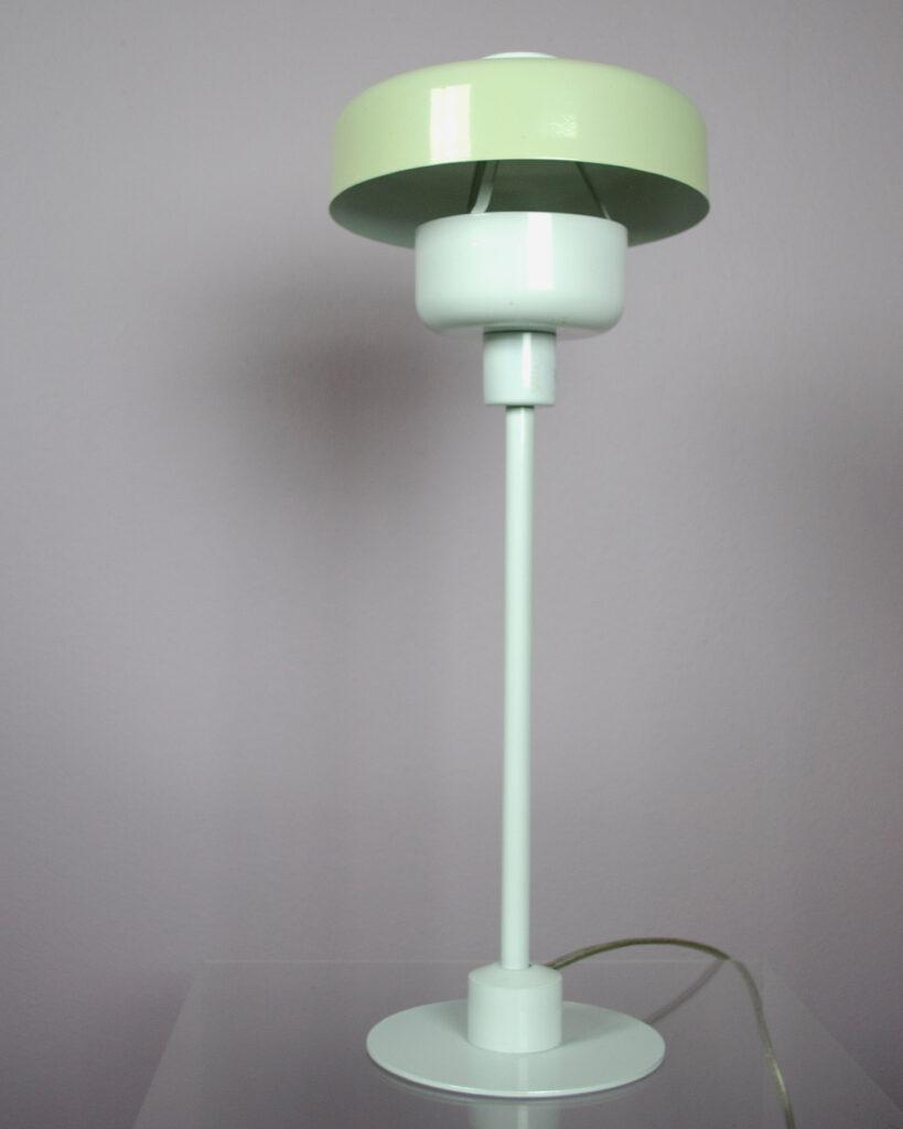 vit bordslampa i metall