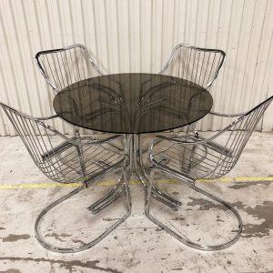 bord i glas och krom med stolar i metall
