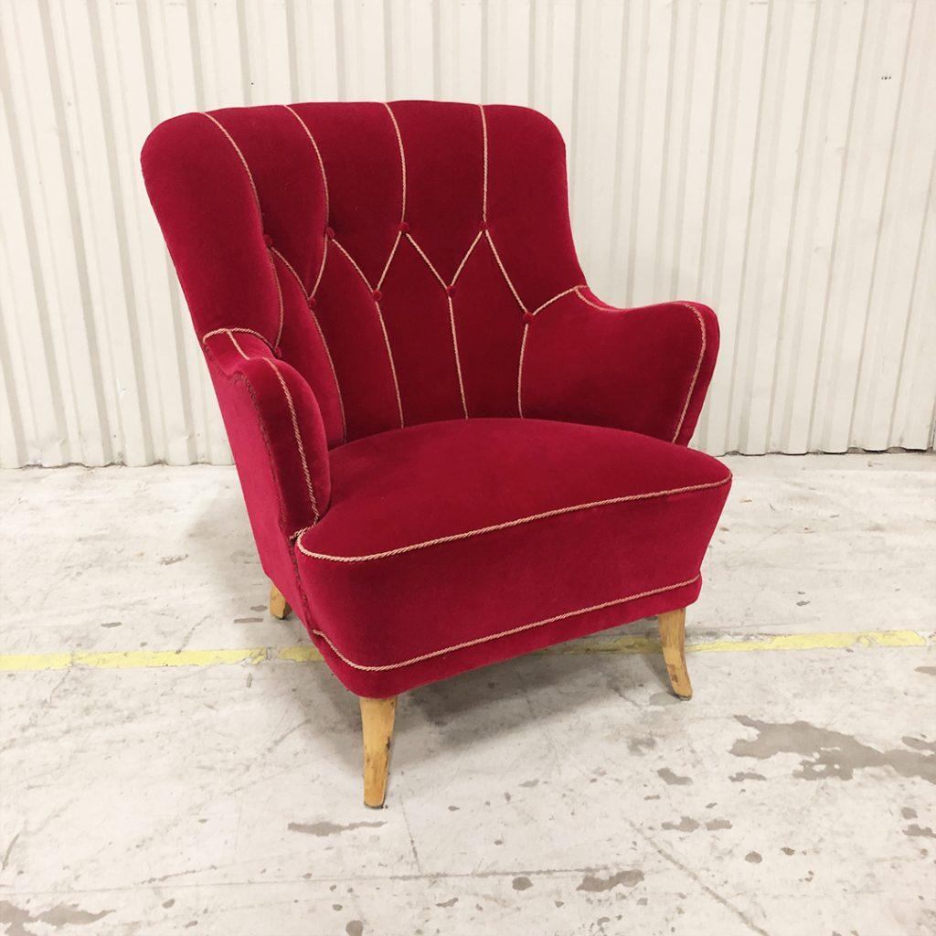 Fåtölj 50-talet i härlig röd färg. Dekorativ rygg med knappar och svängda ben.