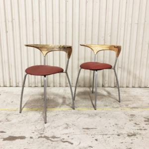 stol i trä och metall med skinnsits