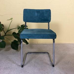 stolar i blå manchester och kromad stomme