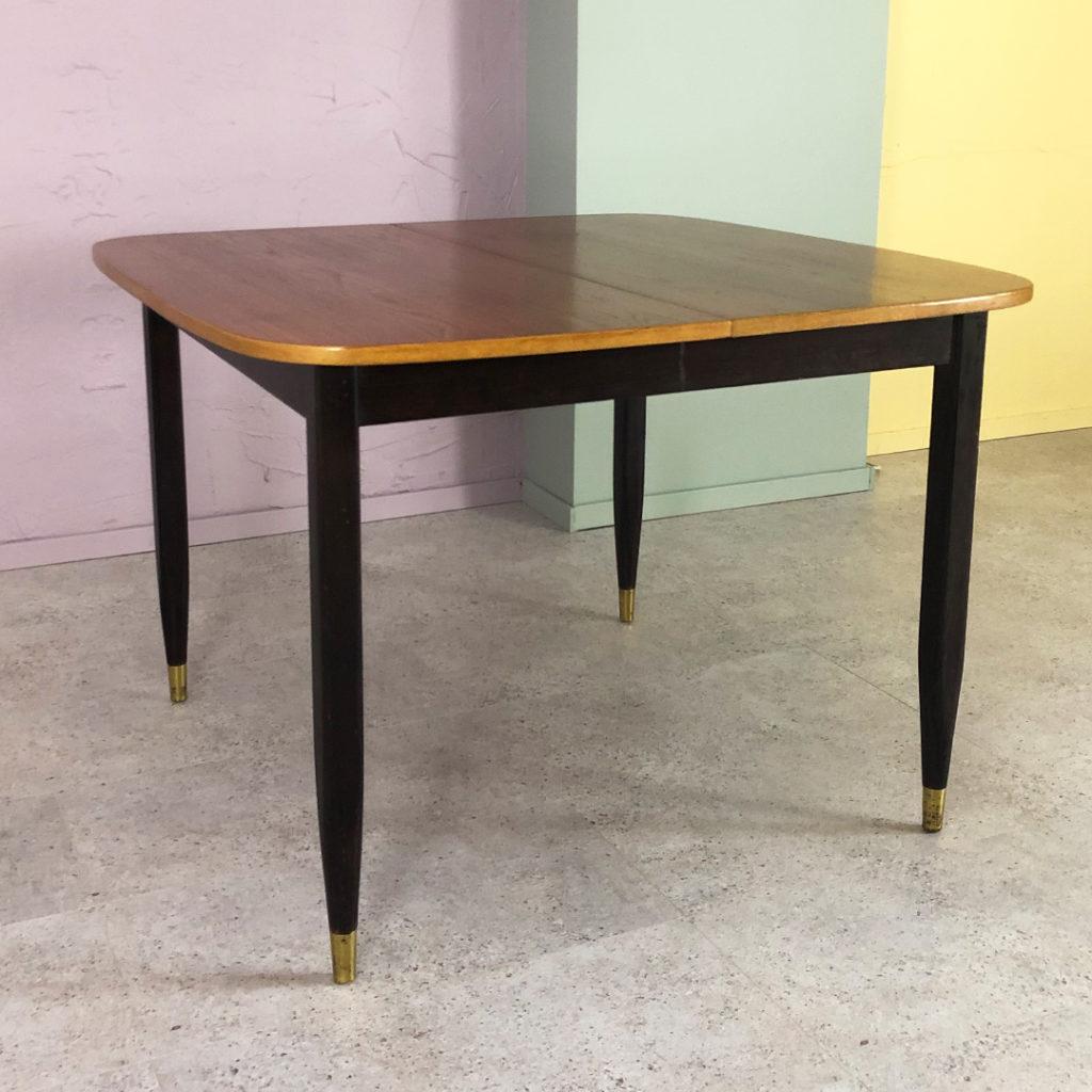 matbord i teak med svarta ben