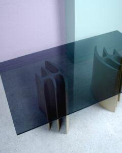 glasbord med stenunderrede fiskben