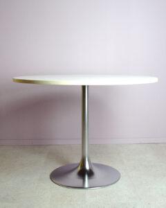 Vitt matbord i trä och kromad fot johanson design venus